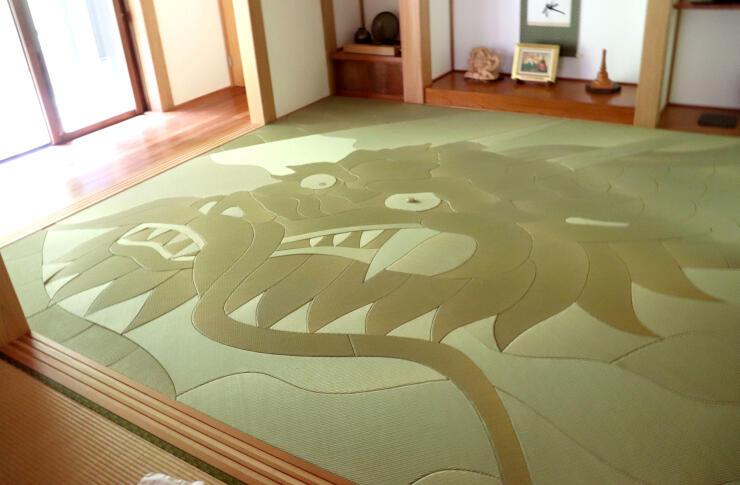 日が当たり、飛び出してくるように見える竜の畳。157枚のパーツでできている=加茂市五番町