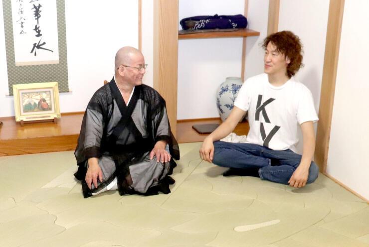 竜の畳の上で談笑する山田憲司さん(右)と大森舜晃住職=加茂市五番町