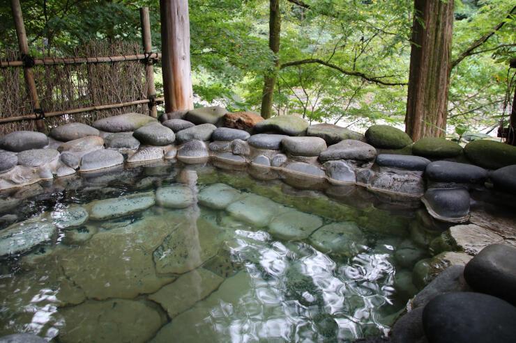 五十嵐川の石で組んだ「山の湯」の石湯。日帰り入浴でも楽しめる=三条市長野