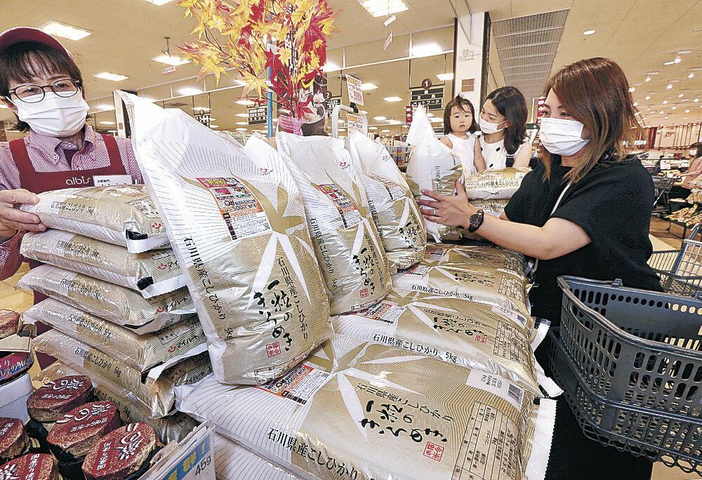 店頭に並んだ石川県産コシヒカリの新米=野々市市内のスーパー