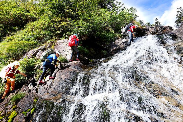 水がほとばしる滝の横を登る=赤木沢