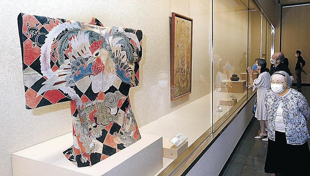 匠(たくみ)の技の粋を集めた展示をじっくりと鑑賞する来場者=金沢市の県立美術館