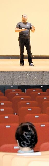 市民ミュージカルのオーディションで歌などを披露する参加者=9月13日、福井県小浜市文化会館
