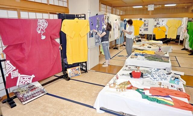 放生祭の衣装や小道具など150点以上が並ぶ特別展=9月14日、福井県小浜市小浜公民館