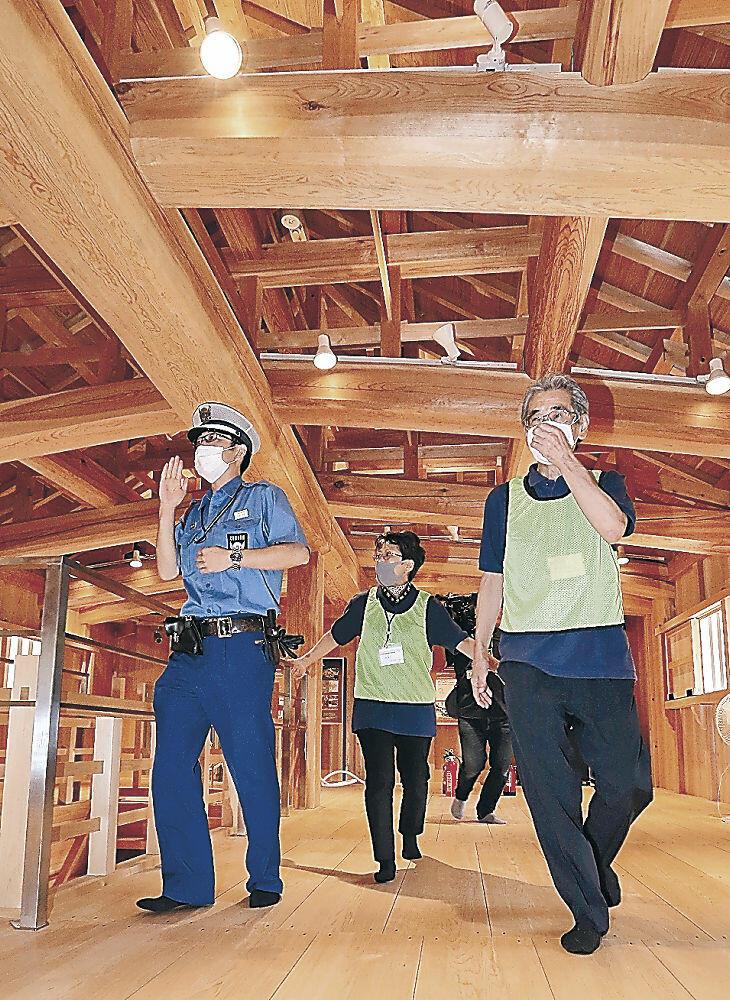 鼠多門で初めて行われた消防訓練=金沢城公園