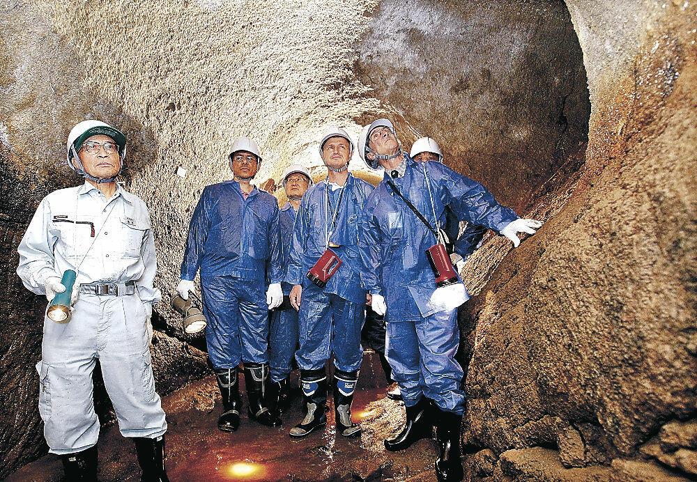 辰巳用水が国史跡に指定された2010年にトンネルを見学に訪れた海外の土木研究者=金沢市上辰巳町