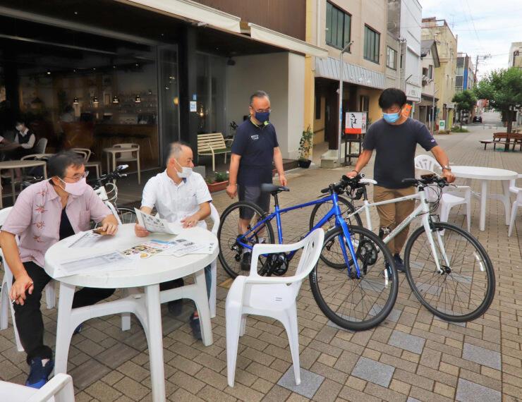 「テイクアウトパーク」を開く駒ケ根市の銀座通りにテーブルを出した商店主ら