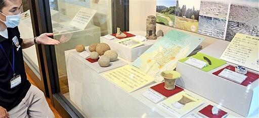 1992年度に行われた鎮守宮跡の調査で出土した遺物を並べたコーナー=9月11日、福井県勝山市の白山平泉寺歴史探遊館まほろば