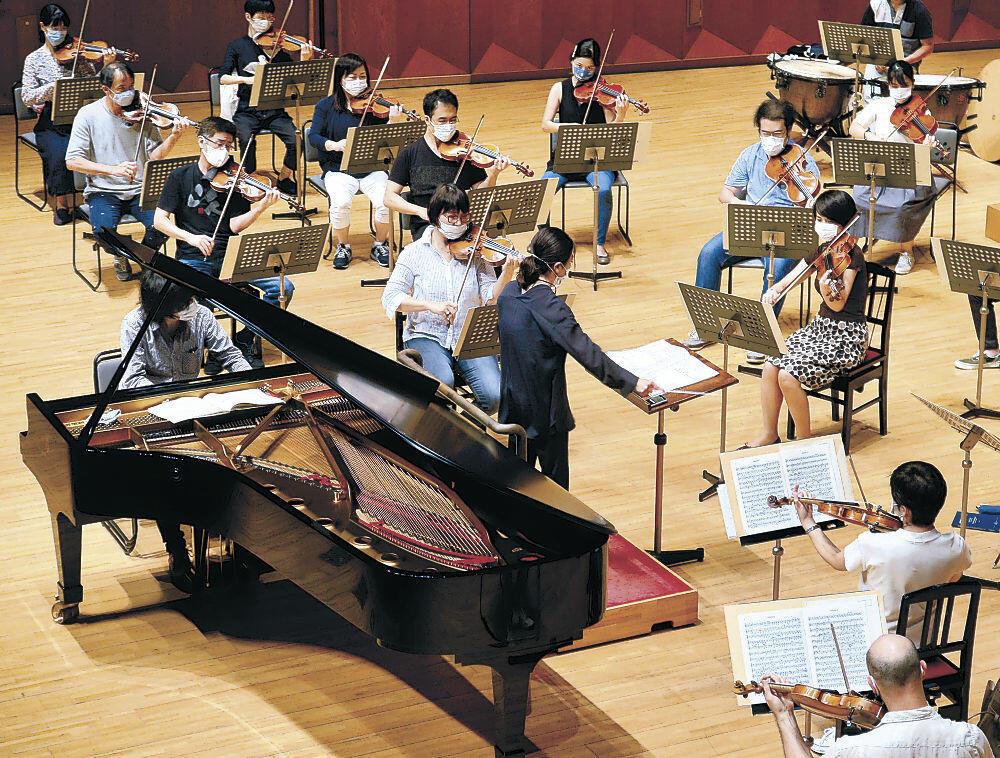 OEKの演奏を支える客演指揮者三ツ橋さん、町田さん、安藤さんを交えたリハーサル=県立音楽堂