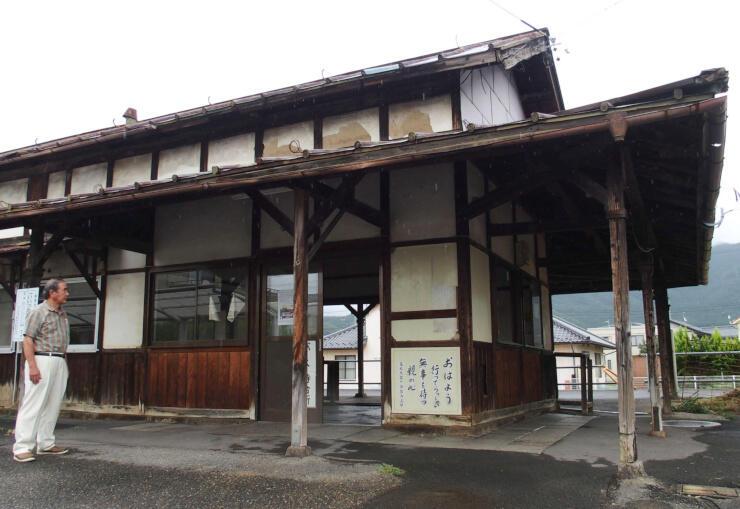 長野市が解体する旧綿内駅舎。市は地元と連携して一帯の整備を予定する