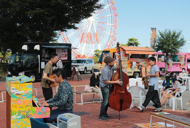 開放感あふれる公園で繰り広げられたジャズライブ=魚津総合公園