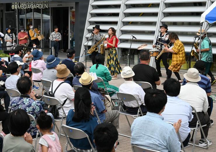 生演奏で街中を盛り上げたジャズフェスティバル=松本市の信毎メディアガーデン