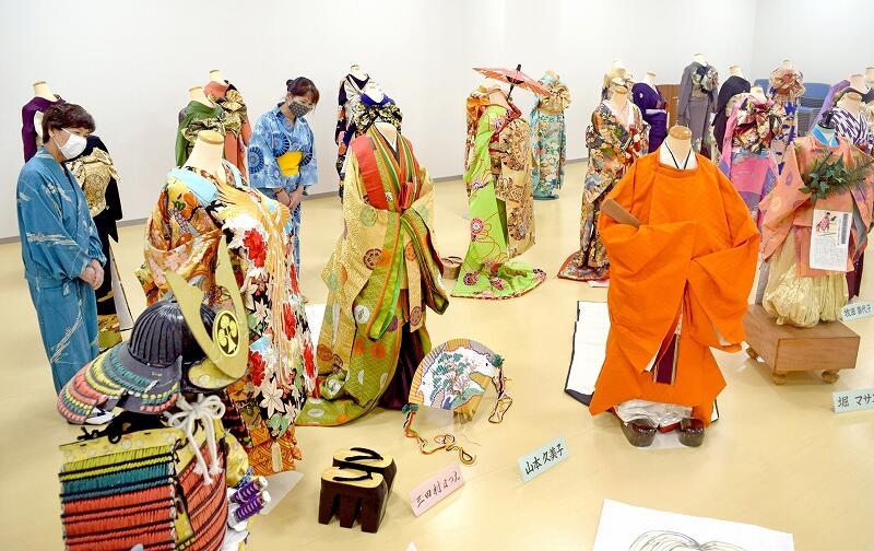 さまざまな人生の節目をイメージした作品が並ぶ帯結びの展示会=9月19日、福井県越前市の市民プラザたけふ