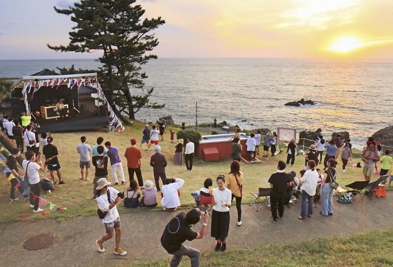 夕日をバックに音楽を楽しんだ「東尋坊SUNSET」=9月19日夕、福井県坂井市三国町安島