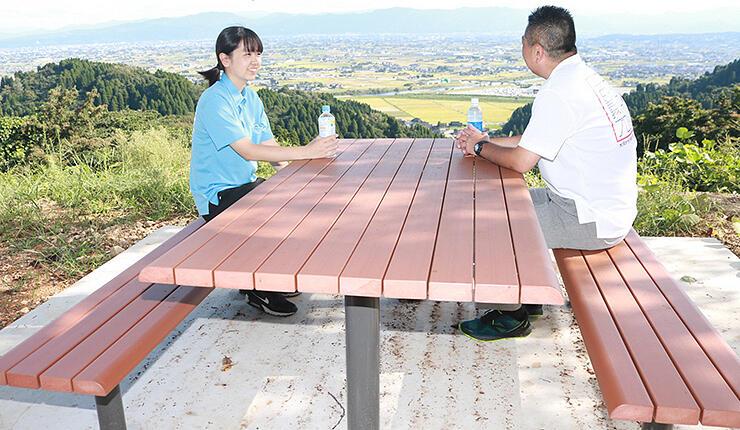 小矢部市内の景色を一望できるテーブルとベンチ