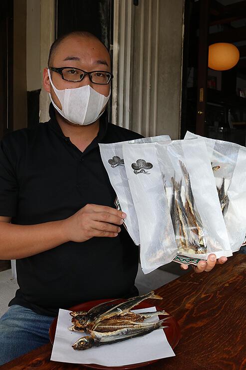 伝統製法を受け継いで商品化したトビウオの焼き干し=松本魚問屋