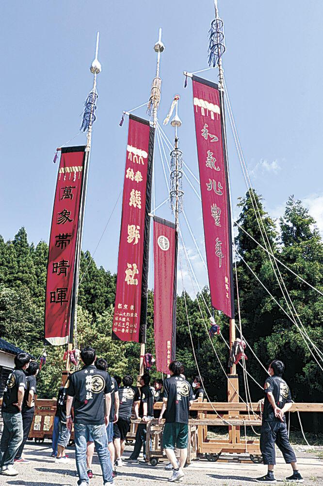 虫干しするため掲げられた枠旗=七尾市中島町中島の熊野社