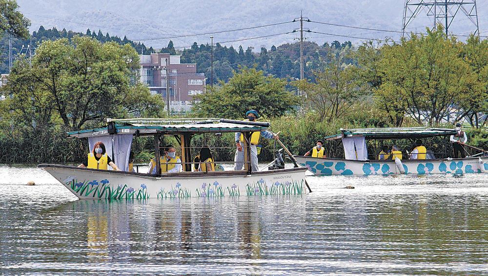 2隻の流し舟に試乗する関係者=小松市の木場潟