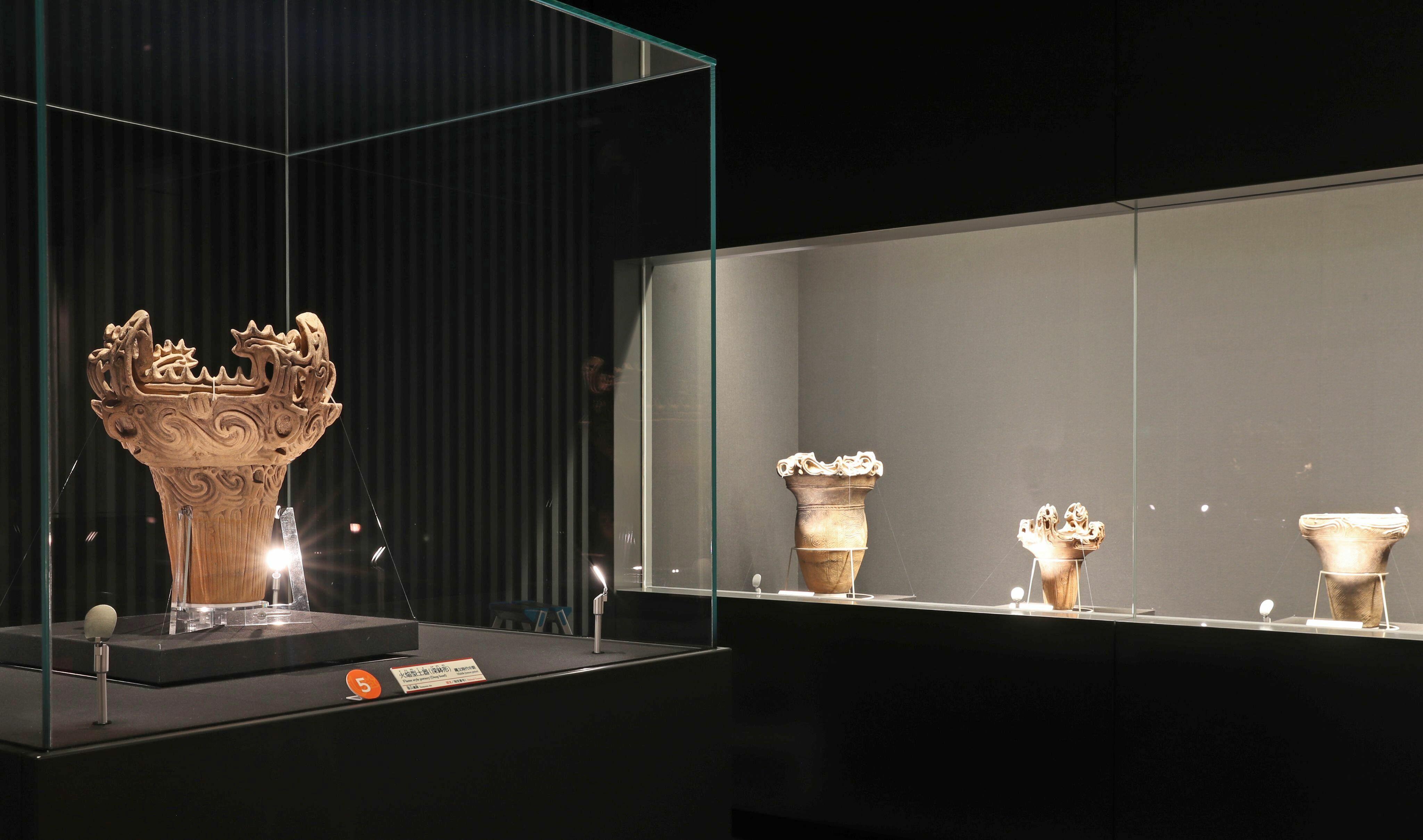 十日町市博物館の館内。「縄文時代」の展示室には、十日町市笹山遺跡から出土した国宝の土器が並ぶ