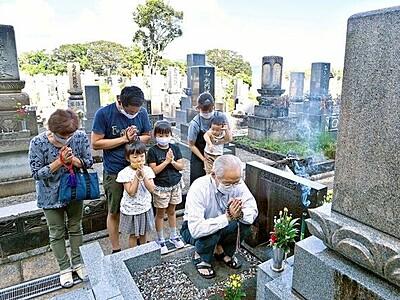 秋の彼岸、各地で墓参り 福井、足羽山西墓地など
