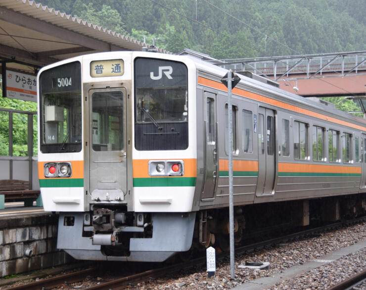 平岡駅で発車を待つJR飯田線の普通列車。静岡方面は不通のため、平岡駅で折り返しとなっている=7月、天龍村