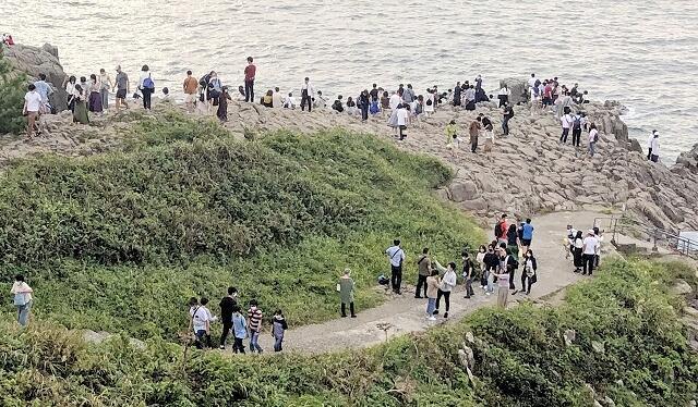 4連休に多くの観光客が訪れた東尋坊=9月20日、福井県坂井市三国町安島
