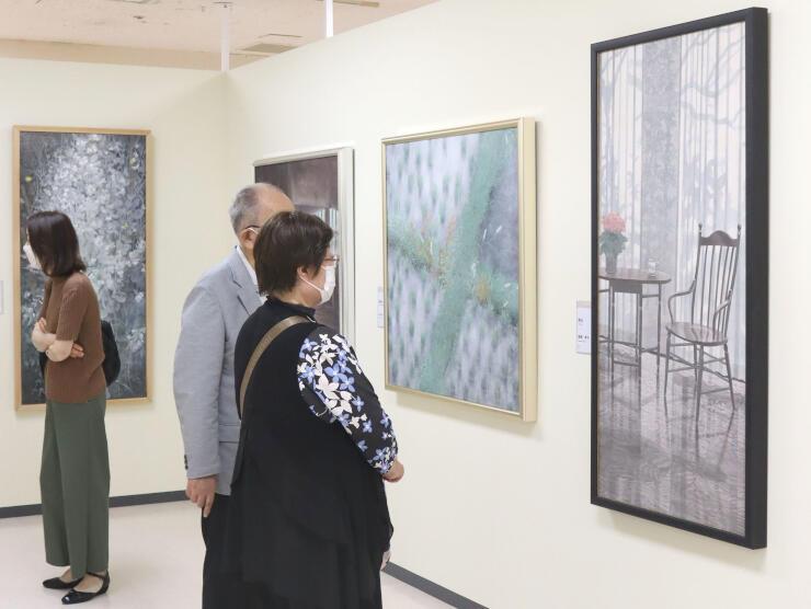 色彩豊かな日本画が並ぶ「春の院展新潟展」=24日、新潟市中央区