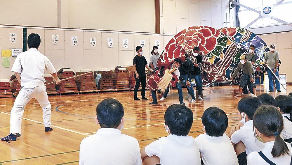 獅子舞を見学する児童=粟崎小