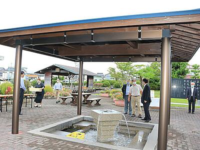 名水公園に東屋完成 黒部、清水飲み場快適に
