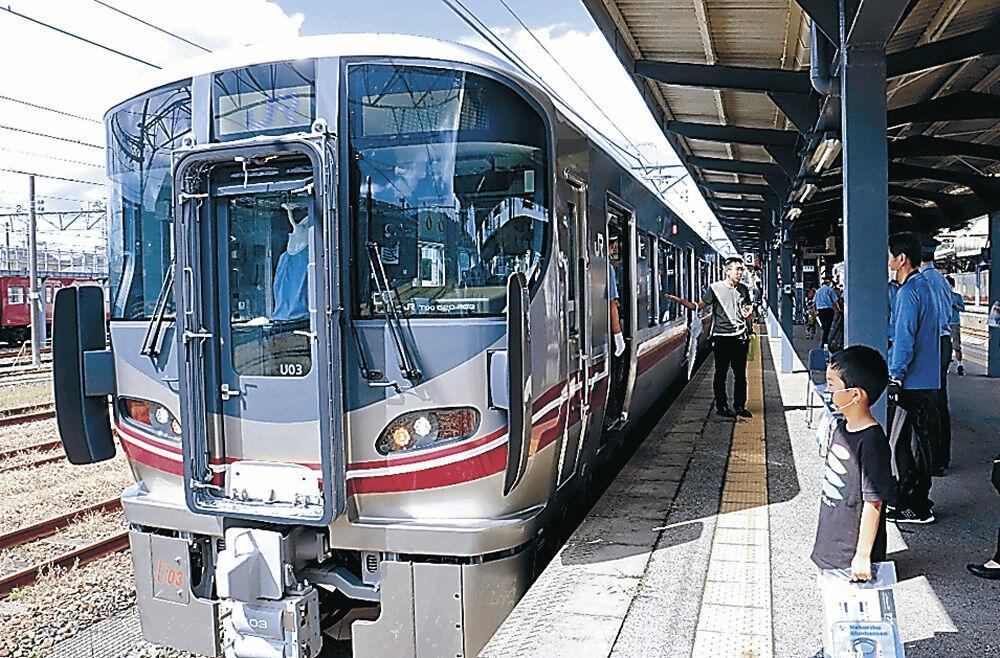 七尾線の新車両「521系」=七尾駅