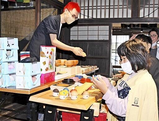 「SOL'S MARKET」で伝統工芸品や雑貨などが並んだ一角=9月27日、福井県若狭町熊川の熊川宿