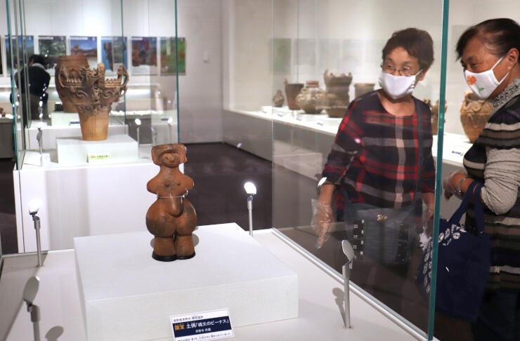 国宝の縄文のビーナスと火焰型土器が競演する「縄文の遺産」展=十日町市西本町1の同市博物館