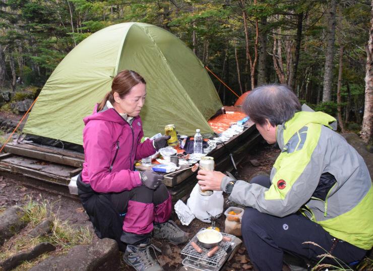 青苔荘のキャンプ場で食事を楽しむ観光客=27日