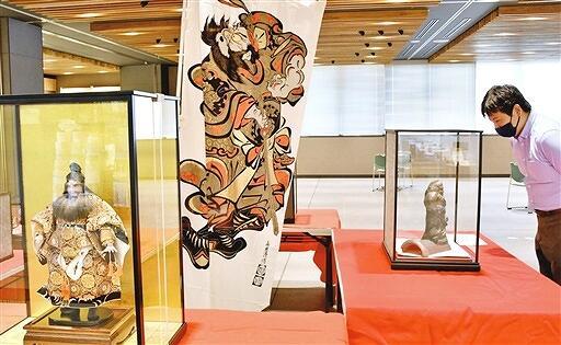 鍾馗の人形やのぼり旗、瓦などを並べた展示会=9月23日、福井県大野市役所市民ホール