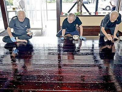 職人工房に漆の光沢 伝統工芸士が塗装 鯖江・漆器協組