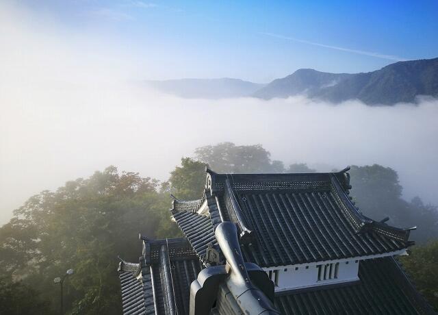 越前大野城の天守から眺めることができる雲海(福井県大野市提供)