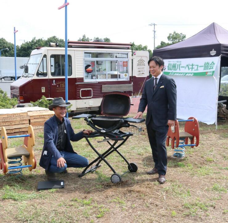 「アイシティBBQパーク」でバーベキューの道具を説明する今井さん(左)と井上さん