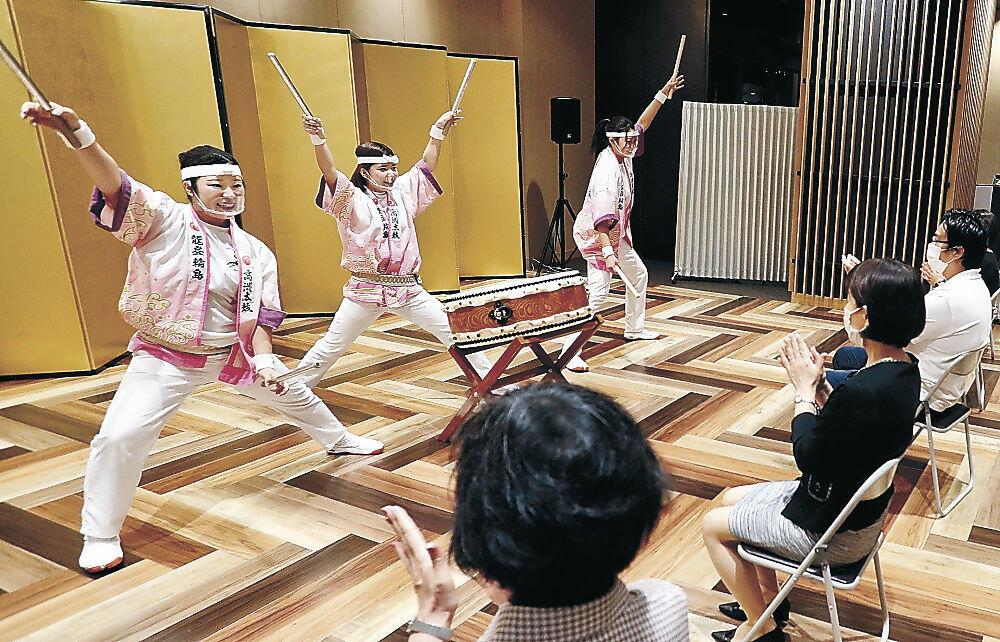 華麗なばちさばきを披露する出演者=金沢市南町の金沢中央観光案内所