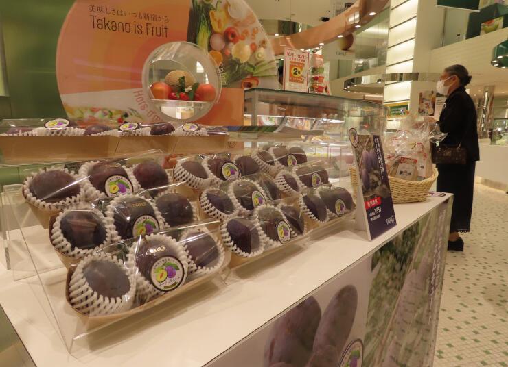 新宿高野本店に並んだ佐久穂町産のプルーン「オータムキュート」