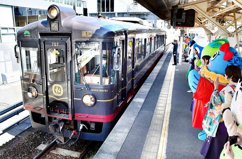 敦賀駅を出発するダイニング列車「丹後くろまつ号」=10月2日