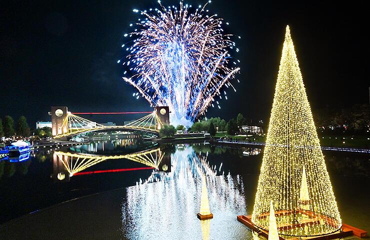 イルミネーションの点灯とともに打ち上げられた花火=富岩運河環水公園