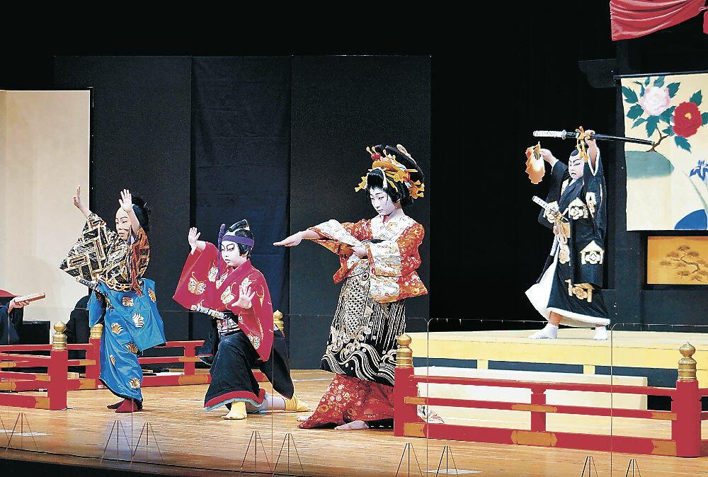 気迫のこもった演技を披露する子供役者=小松市の県こまつ芸術劇場うらら