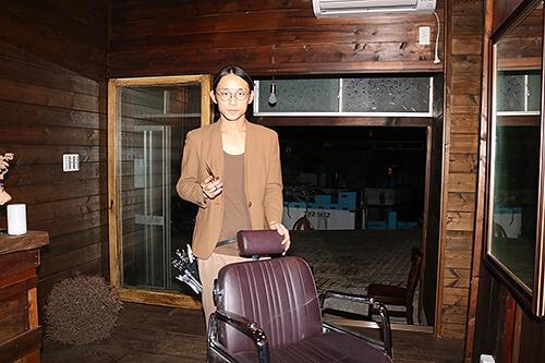 内川沿いの空き家を改装して美容室を開く経澤さん