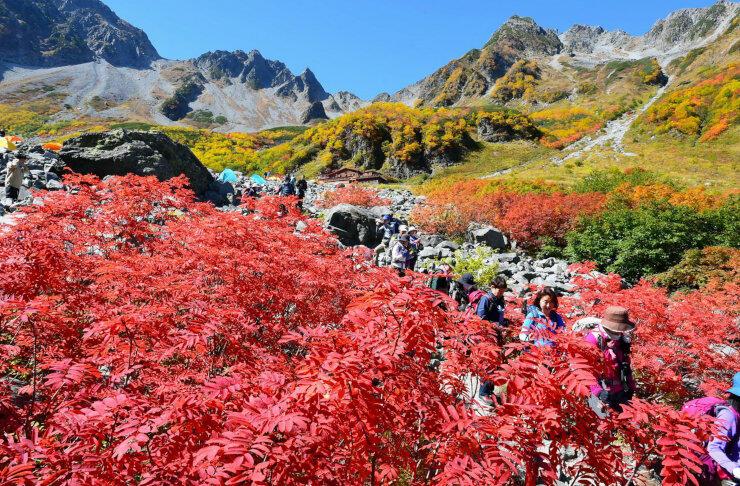 紅葉が見頃を迎え、大勢の登山客でにぎわう北ア涸沢=6日正午