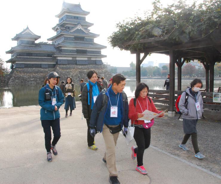 昨年の松本城ウオークで城周辺を歩く参加者=昨年11月9日