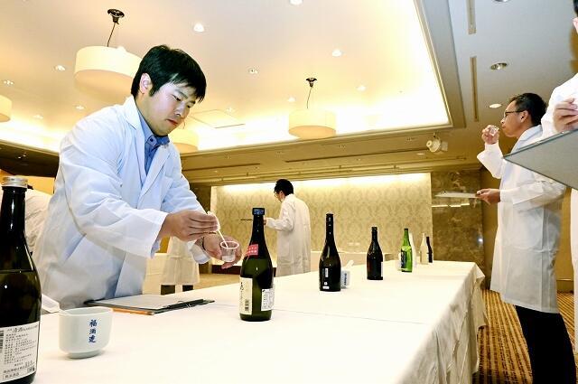 「さかほまれ」を使った日本酒の品質を確認する審査員=10月6日、福井県福井市のザ・グランユアーズフクイ