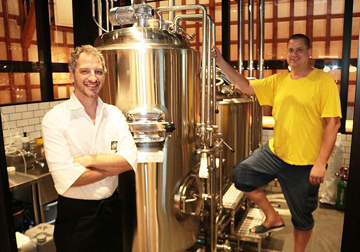 ビールを醸造したコティネックさん(右)と店長のプリエソルさん