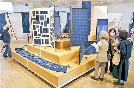 びょうぶ、のれんなどの大作が並ぶ「ふくいモダン刺し子展」=10月6日、サンドーム福井の福井ものづくりキャンパス