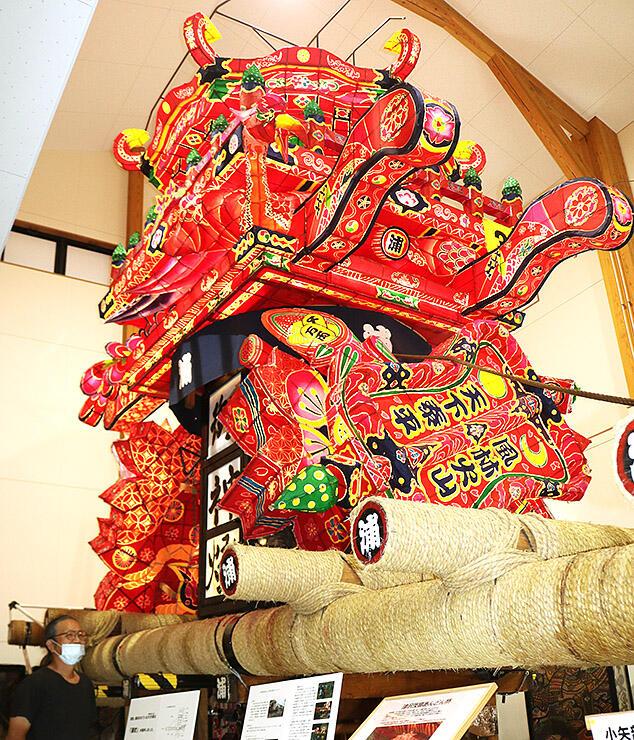 津沢あんどんふれあい会館内に展示されている大あんどん。市は会館職員の常駐時間を試験的に延長する