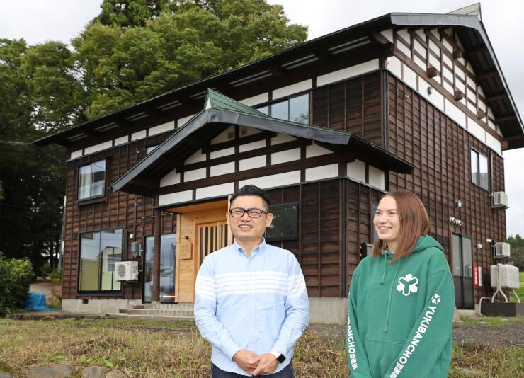 古民家を改装した「YUKISATO Lodge」を運営する塚田卓弥さん(左)=6日、上越市中郷区